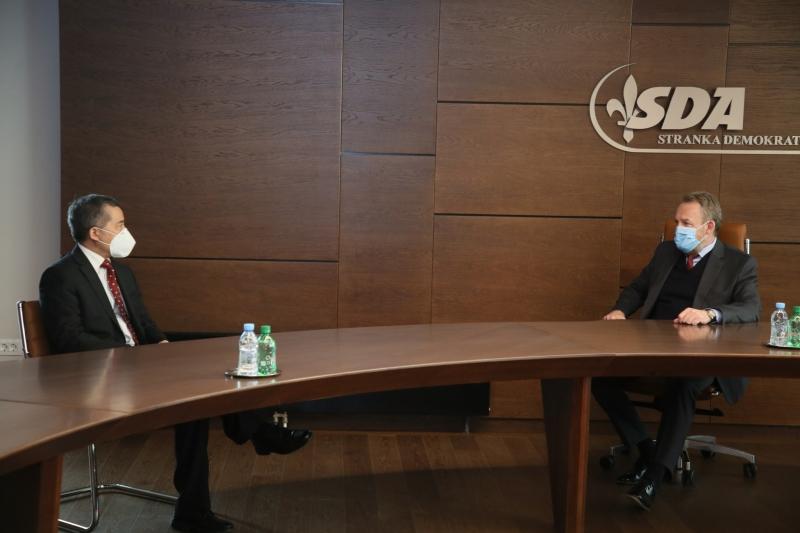RAZGOVARAO I SA AMBASADOROM TURSKE! Izetbegović primio kineskog ambasadora: Nabavka vakcina u fokusu razgovora!